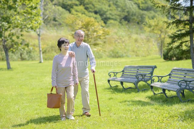 散歩をするシニア夫婦の写真素材 [FYI04557089]