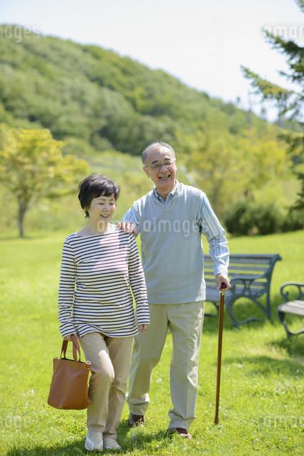 散歩をするシニア夫婦の写真素材 [FYI04557090]