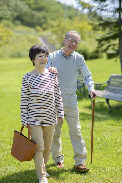 散歩をするシニア夫婦の写真素材 [FYI04557091]