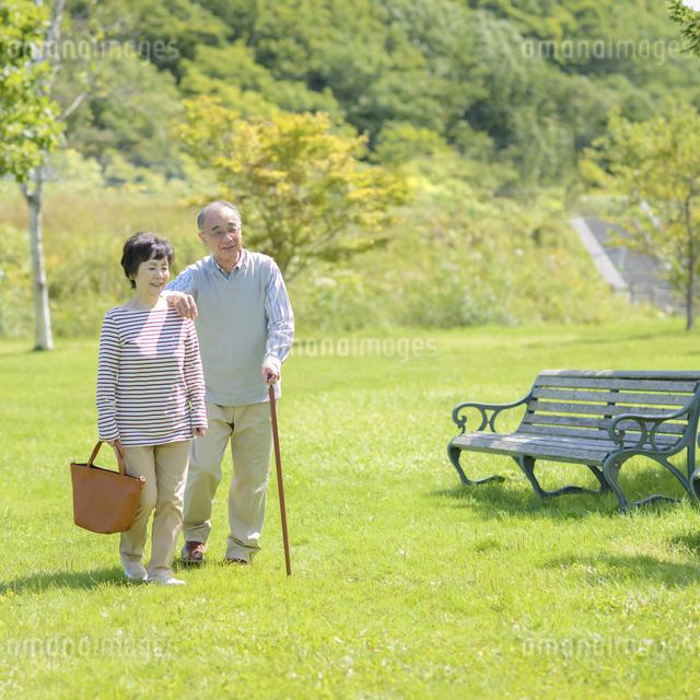 散歩をするシニア夫婦の写真素材 [FYI04557092]