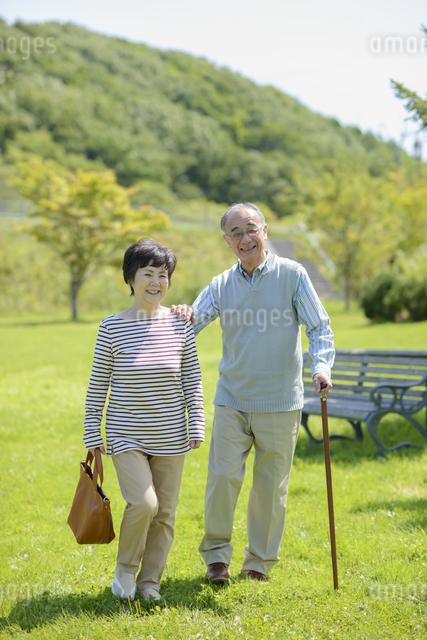 散歩をするシニア夫婦の写真素材 [FYI04557093]