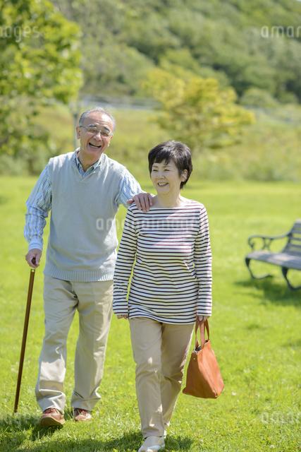 散歩をするシニア夫婦の写真素材 [FYI04557094]