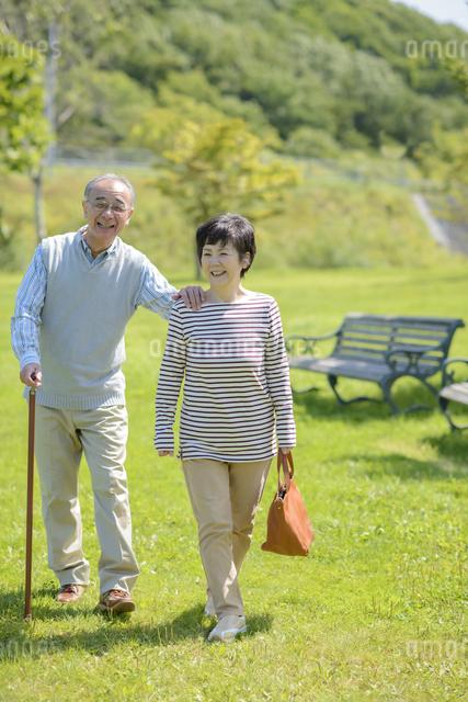 散歩をするシニア夫婦の写真素材 [FYI04557095]