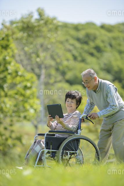 シニア夫婦の介護イメージの写真素材 [FYI04557102]