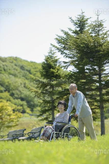 シニア夫婦の介護イメージの写真素材 [FYI04557107]