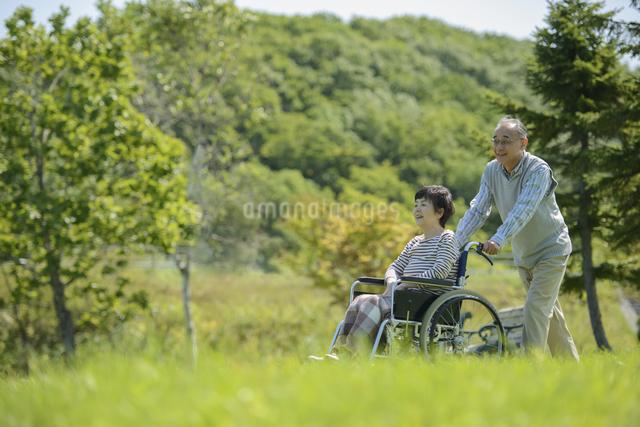 シニア夫婦の介護イメージの写真素材 [FYI04557114]
