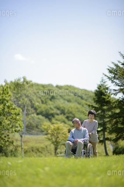 シニア夫婦の介護イメージの写真素材 [FYI04557121]