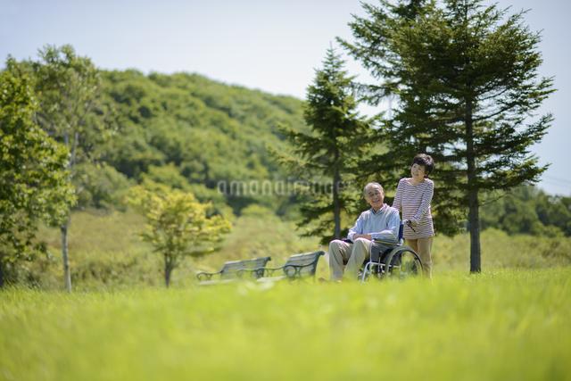 シニア夫婦の介護イメージの写真素材 [FYI04557123]