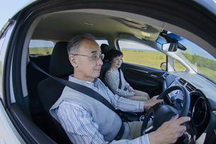 ドライブをするシニア夫婦の写真素材 [FYI04557133]