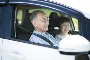 ドライブをするシニア夫婦の写真素材 [FYI04557135]