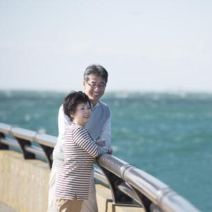 海を眺めるシニア夫婦の写真素材 [FYI04557145]