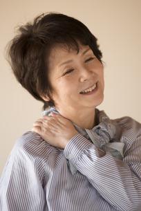 肩こりが改善したシニア女性の写真素材 [FYI04557323]
