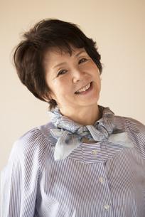 微笑むシニア女性の写真素材 [FYI04557324]