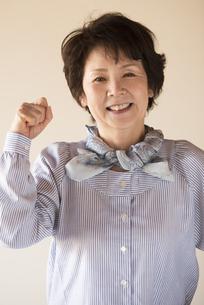 ガッツポーズをするシニア女性の写真素材 [FYI04557328]