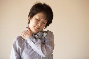 肩こりに悩むシニア女性の写真素材 [FYI04557337]