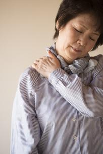 肩こりに悩むシニア女性の写真素材 [FYI04557338]