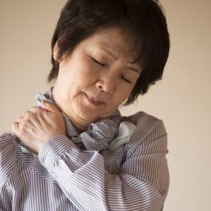 肩こりに悩むシニア女性の写真素材 [FYI04557339]