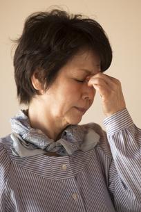 目の疲れに悩むシニア女性の写真素材 [FYI04557343]