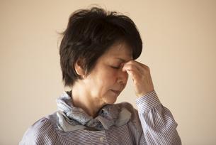 目の疲れに悩むシニア女性の写真素材 [FYI04557346]
