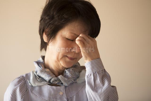 目の疲れに悩むシニア女性の写真素材 [FYI04557347]