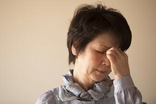 目の疲れに悩むシニア女性の写真素材 [FYI04557348]