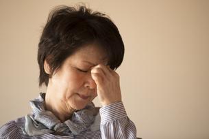 目の疲れに悩むシニア女性の写真素材 [FYI04557349]