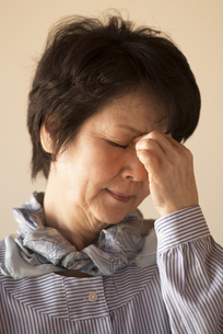 目の疲れに悩むシニア女性の写真素材 [FYI04557350]