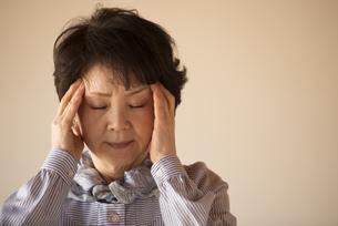 頭痛に悩むシニア女性の写真素材 [FYI04557352]