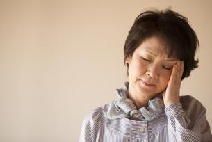 頭痛に悩むシニア女性の写真素材 [FYI04557353]