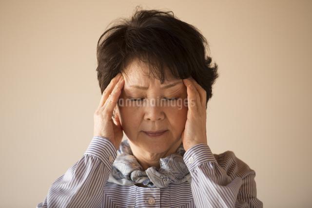 頭痛に悩むシニア女性の写真素材 [FYI04557354]