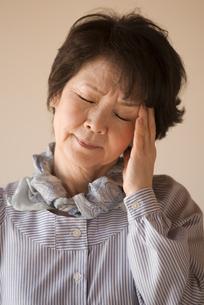 頭痛に悩むシニア女性の写真素材 [FYI04557355]