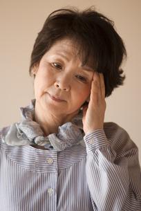 頭痛に悩むシニア女性の写真素材 [FYI04557357]