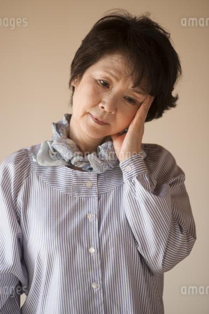 頭痛に悩むシニア女性の写真素材 [FYI04557358]