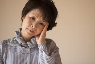頭痛に悩むシニア女性の写真素材 [FYI04557359]