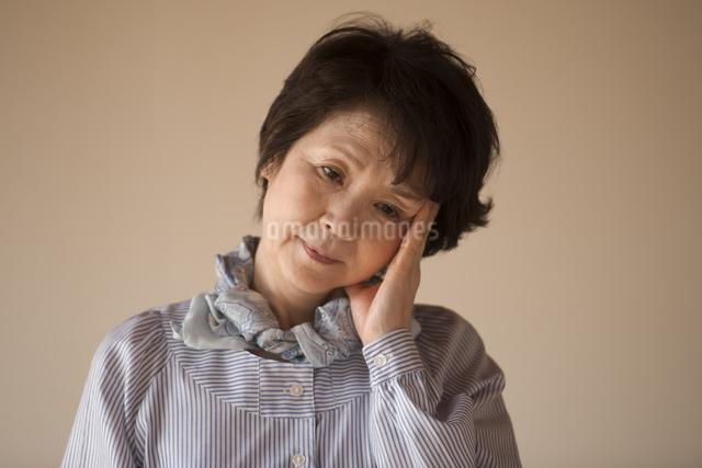 頭痛に悩むシニア女性の写真素材 [FYI04557360]
