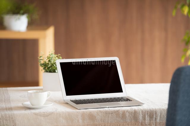 テーブルの上のノートパソコンの写真素材 [FYI04557401]
