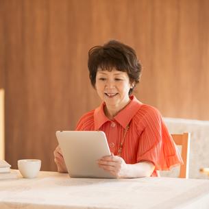 タブレットPCを見るシニア女性の写真素材 [FYI04557469]