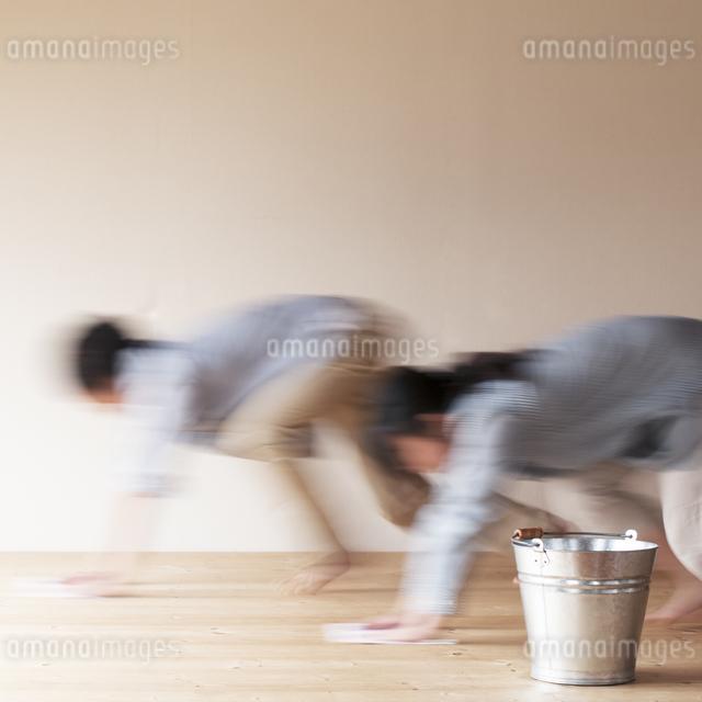 床拭きをするカップルの写真素材 [FYI04557480]