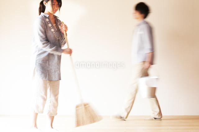 掃除をするカップルの写真素材 [FYI04557482]