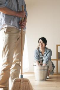 掃除をするカップルの写真素材 [FYI04557519]