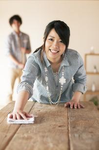 テーブルを拭く女性の写真素材 [FYI04557522]
