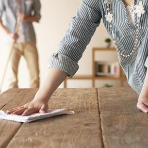 テーブルを拭く女性の手元の写真素材 [FYI04557523]