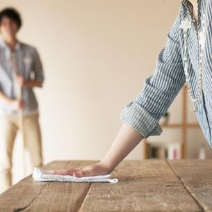 テーブルを拭く女性の手元の写真素材 [FYI04557524]
