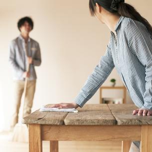テーブルを拭く女性の写真素材 [FYI04557525]