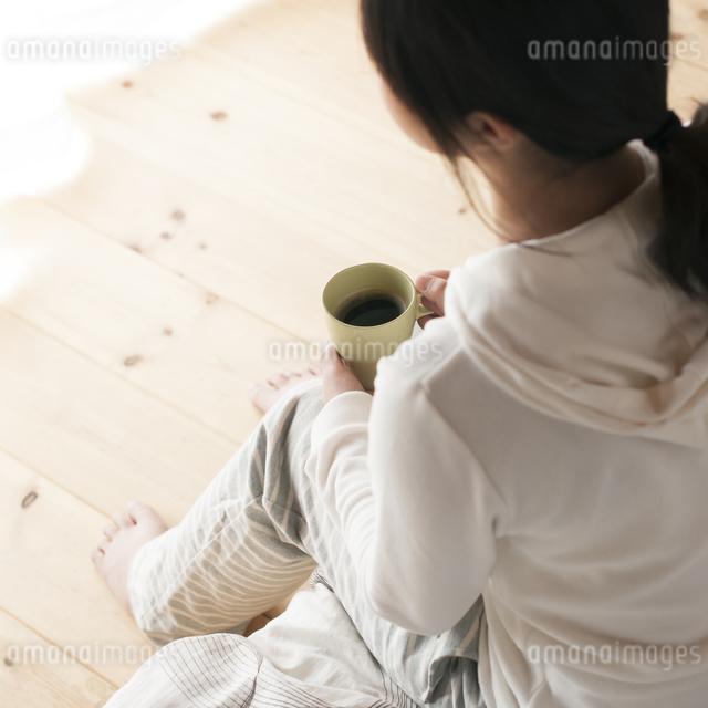 コーヒーカップを持つ女性の写真素材 [FYI04557529]