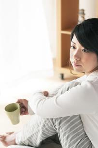 コーヒーカップを持つ女性の写真素材 [FYI04557534]