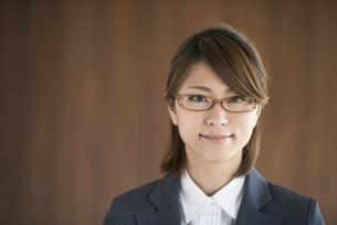 微笑むビジネスウーマンの写真素材 [FYI04557580]