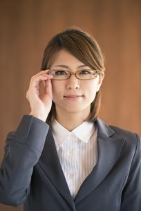 真剣な表情をするビジネスウーマンの写真素材 [FYI04557589]
