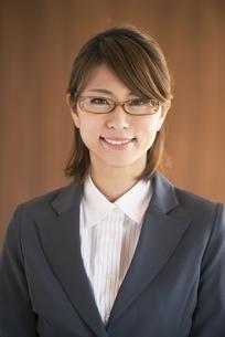 微笑むビジネスウーマンの写真素材 [FYI04557590]