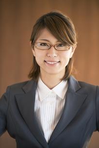 微笑むビジネスウーマンの写真素材 [FYI04557593]
